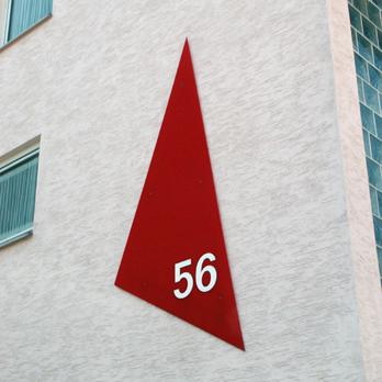 Plexiglaselement mit Hausnummer