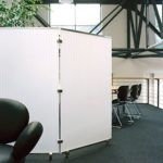 Fahrbare und faltbare Trenn- und Sichtschutzwand